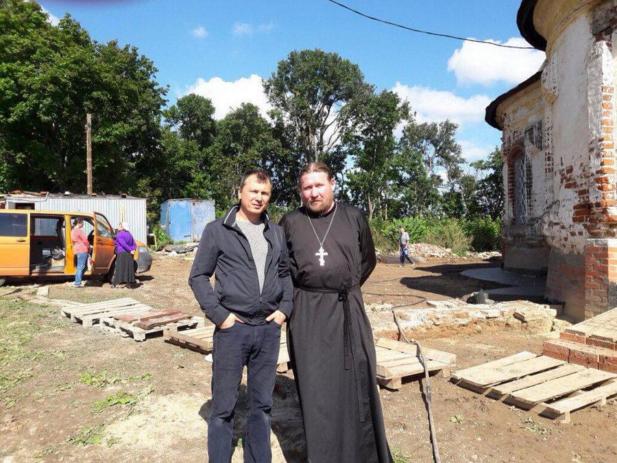 Бригадир Дмитрий (слева) и настоятель храма прп. Кирилла Белозёрского иеромон. о. Софроний (справа)